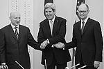 Der US-Außenminister kam nach Kiew, um die neuen Politiker, die an die Macht kamen, zu unterstützen. Auf dem Foto sieht man ihn zusammen mit dem Vertreter des Präsidenten der Ukraine, Oleksandr Turchynov (links) und Vertreter des Ministerpräsidenten Arsenij Jazenjuk (rechts)