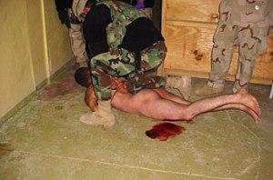 Folterszene-Blutender-nackter-Gefangener