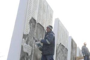 In Estland werden die Namen der sowjetischen Helden, die im Kampf für die Befreiung Estlands vom Faschismus gefallen sind, ausgemeißelt.