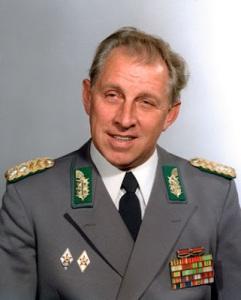 ARCHIV - Generalleutnant Klaus-Dieter Baumgarten, Stellvertreter des Ministers f¸r Nationale Verteidigung und Chef der Grenztruppen der ehemaligen DDR (Archivfoto von 1982). Baumgarten, ist nach Angaben seines Verlages ´edition ostª gestorben. Er erlag am Sonntag (17.02.2008) kurz vor seinem 77. Geburtstag in Zeuthen einem Krebsleiden, teilte der Verlag in Berlin mit. Baumgarten war 1996 zu sechseinhalb Jahren Haft wegen Totschlags verurteilt worden. Im Jahr 2000 wurde er vom Berliner Senat begnadigt. dpa +++(c) dpa - Bildfunk+++