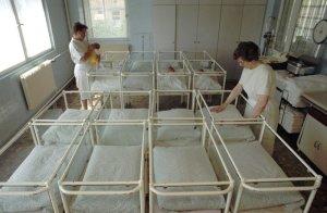 Geburtenrückgang und Abwanderung vieler Menschen im arbeitsfähigen Alter führten nach 1989 zu einer Entvölkerung Ostdeutschlands, wie sie seit dem Dreißigjährigen Krieg nicht mehr der Fall war (Neugeborenenzimmer der Wittenberger Bosse-Klinik, 26.5.1992) Foto: Reuters