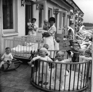 Geburtenrückgang und Abwanderung vieler Menschen im arbeitsfähigen Alter führten nach 1989 zu einer Entvölkerung Ostdeutschlands, wie sie seit dem Dreißigjährigen Krieg nicht mehr der Fall war (Neugeborenenzimmer der Wittenberger Bosse-Klinik, 26.5.1992) Foto: Waltraud Grubitzsch/dpa
